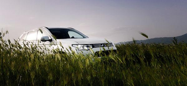 mitsubishi-outlander-grass