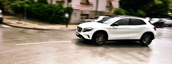 mercedes-benz-gla-moving