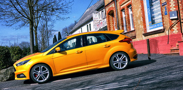 ford-focus-st-yellow-side