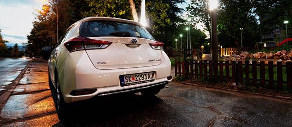 toyota-auris-hybrid-carclub-rear