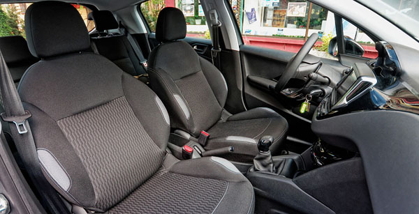peugeot-208-carclub-interior2