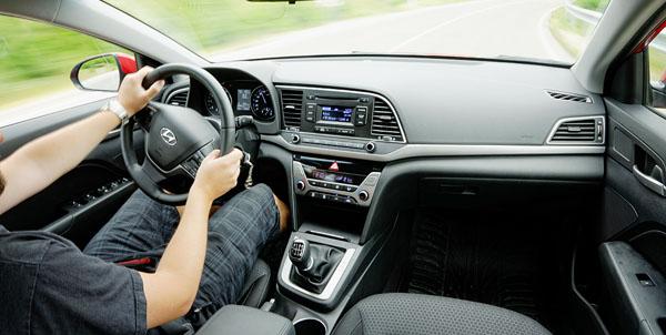 hyundai-elantra-carclub-driving