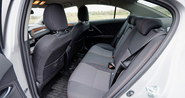 toyota-avensis-rearseats